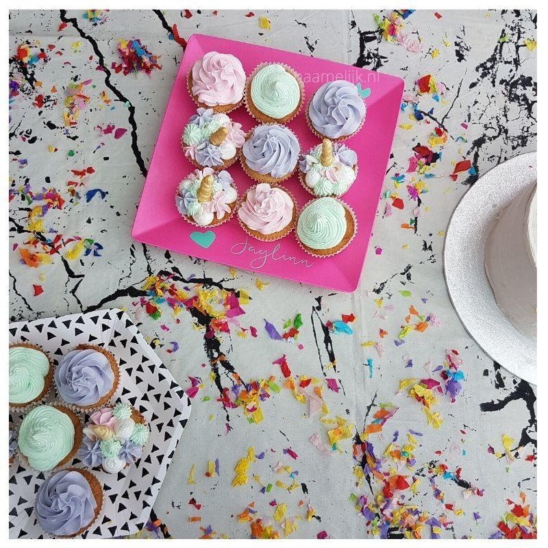 Eerste verjaardag decoratie naamsticker op cupcakebord