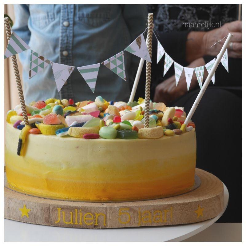 Eerste verjaardag decoratie naamsticker op taartplank