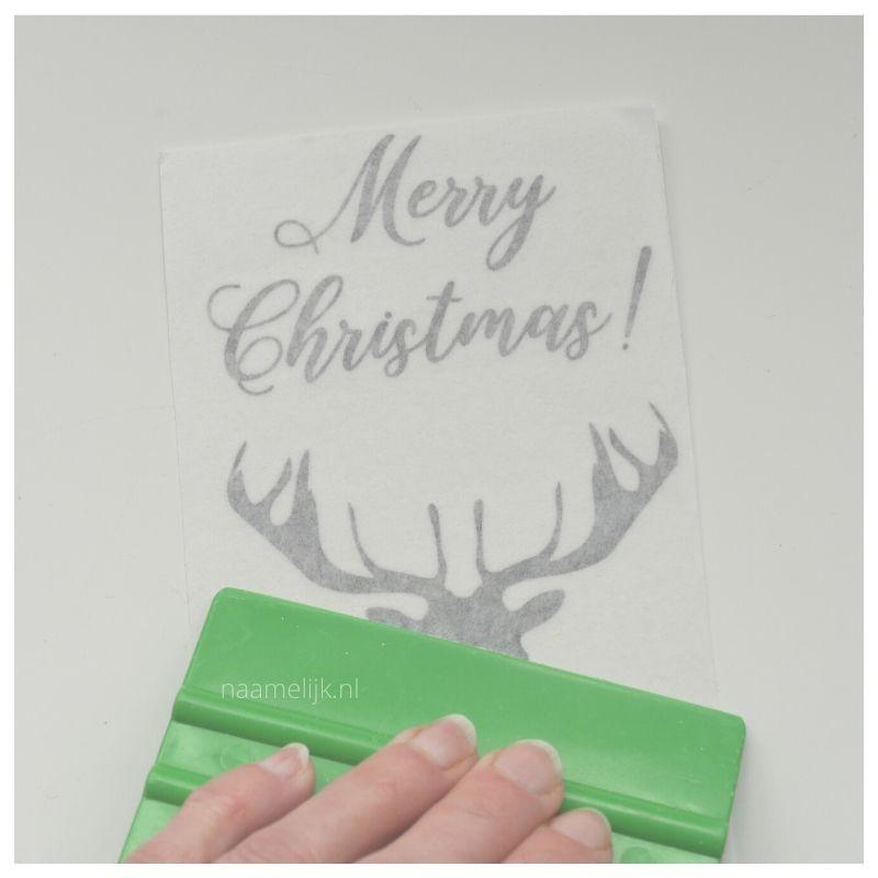 Whitewash kerstbordje maken sticker aanwrijven