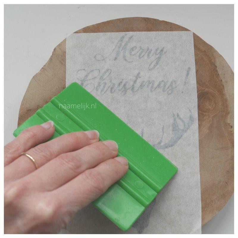Whitewash kerstbordje maken sticker plakken wrijven
