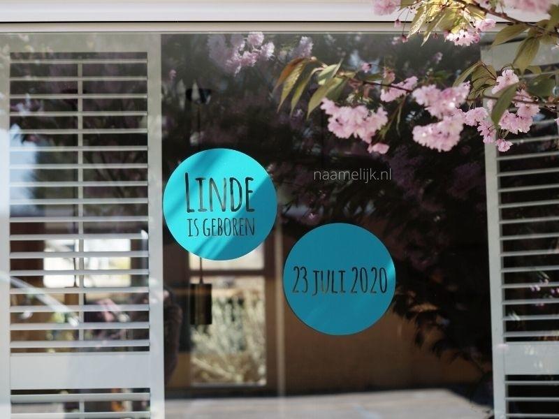 Geboortesticker cirkels turquoise op het raam