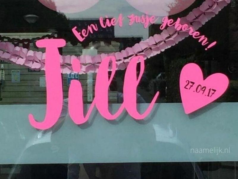 Geboortesticker Jill fuchsia op het raam