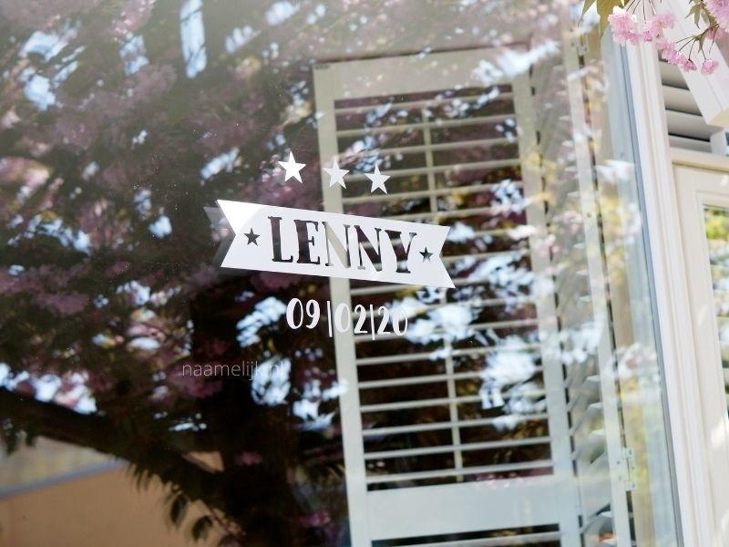 Geboortesticker Lenny wit op het raam