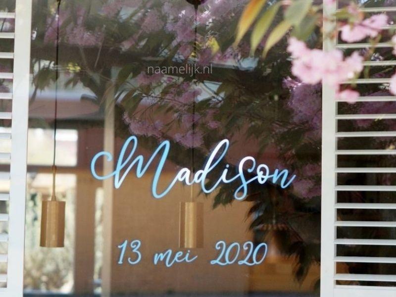Geboortesticker Madison op het raam