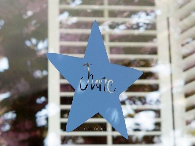 Geboortesticker ster op het raam