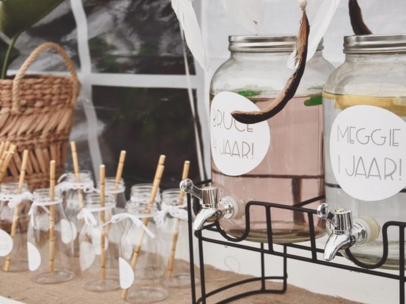 Verjaardagssticker rond op limonadekan