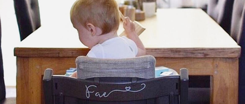 Een kinderstoel met naam: voor iedereen aan tafel een eigen plek
