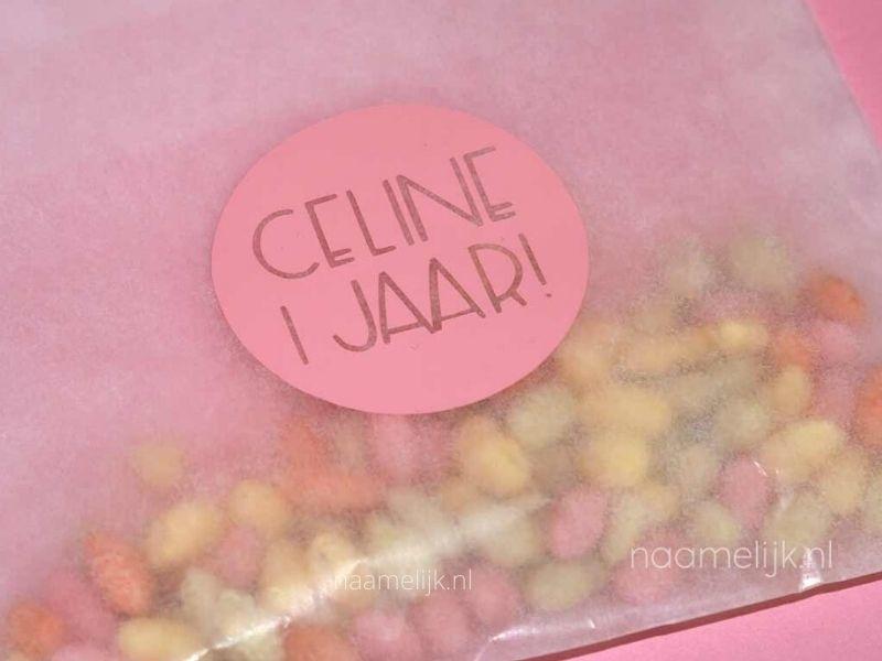 Verjaardagssticker rond roze op pergamijn zakje
