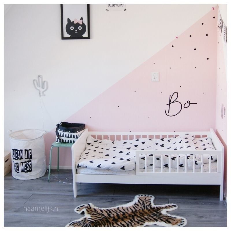 Toffe muurstickers Bibi op roze muur