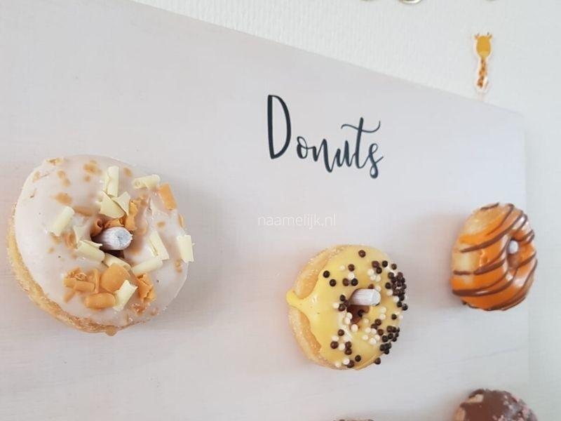 Verjaardagssticker Donuts op een donutbord