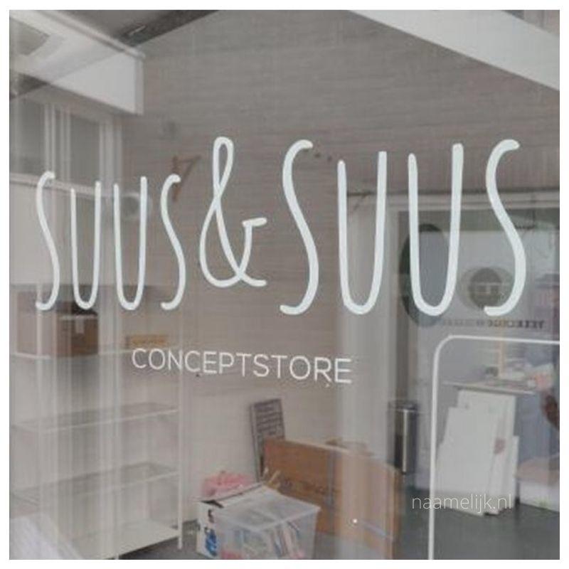 Logo van kinderkledingwinkel Suus & Suus op de ruit van de winkel