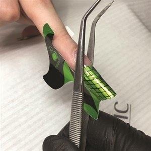 door pinchen krijgen je nagels een mooi C-curve look aan de voorzijde