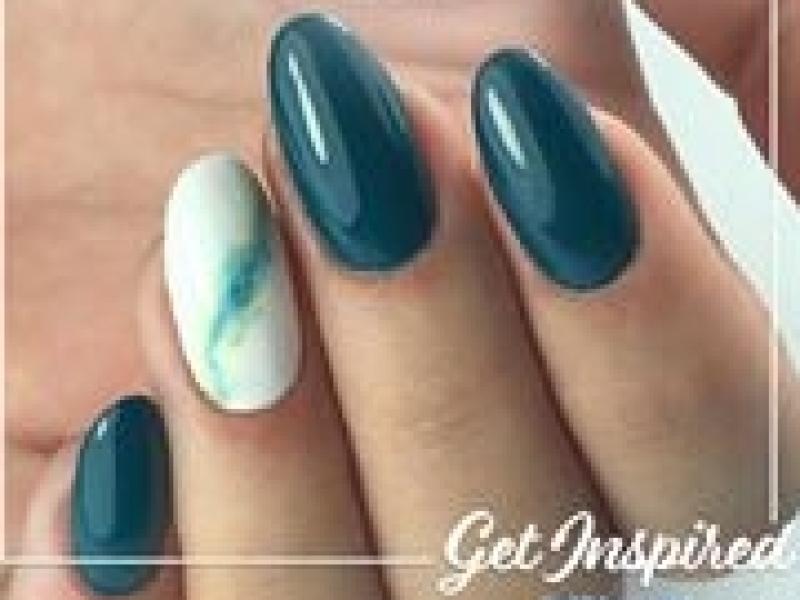 groen gel  nagels die superstrak gelakt zijn