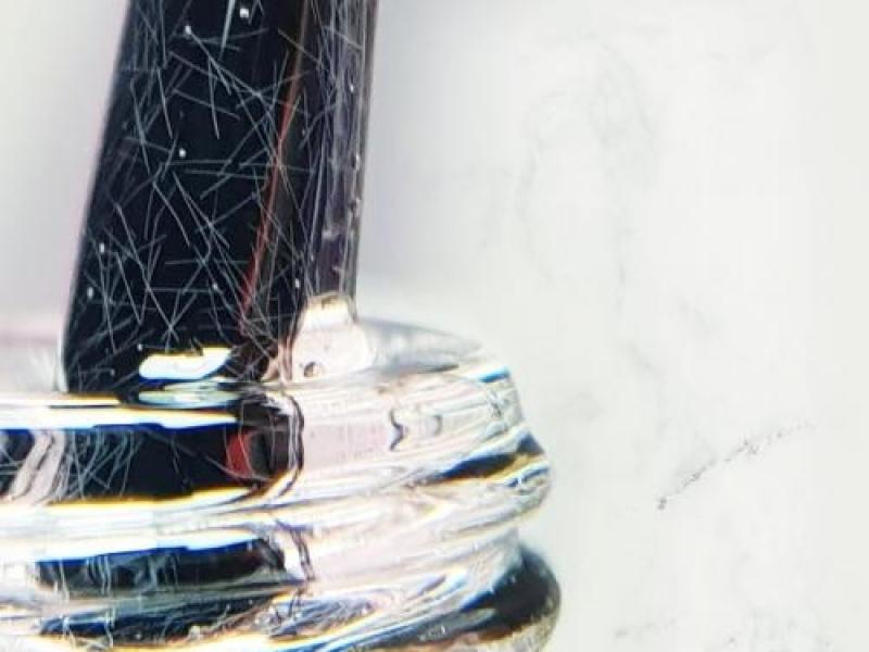 Naast een cross-linking moleculaire structuur bevat vezelgel vezeldeeltjes waardoor de gel steviger aanvoelt tijdens het werken en slijten. nagelstudio assen
