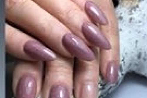langere gel nagels met een kleur van sabine mus eigenaar van nagelstudio assen