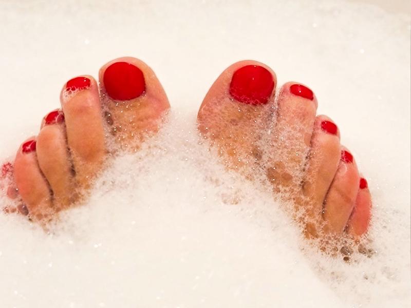 mooie rode tenen in bad