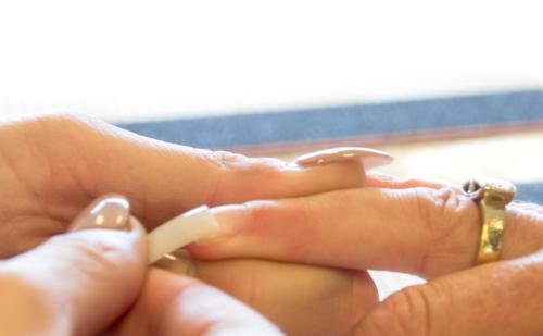 langere nagels door tips erop te plakken