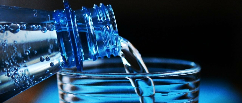 Water drinken voor het slapengaan? Het kan je nachtrust maken en breken.
