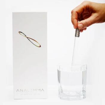 Analemma Waterwand in hand met glas