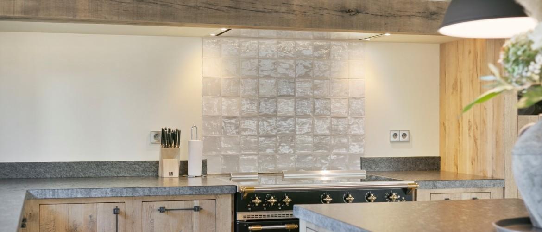 Welke achterwand plaatst u in uw landelijke keuken?