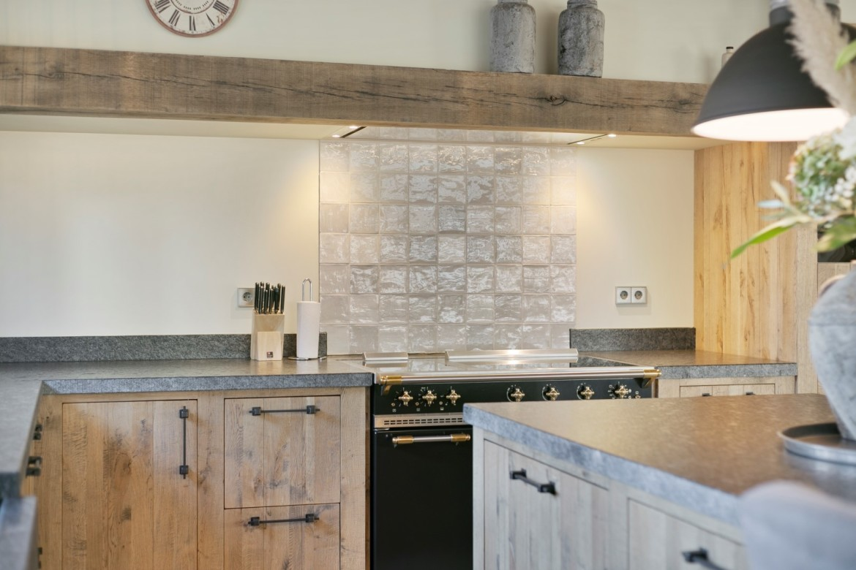 Achterwand landelijke keuken verven of stucen