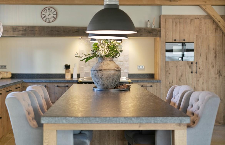 Keukeneiland met gecapitonneerde stoelen