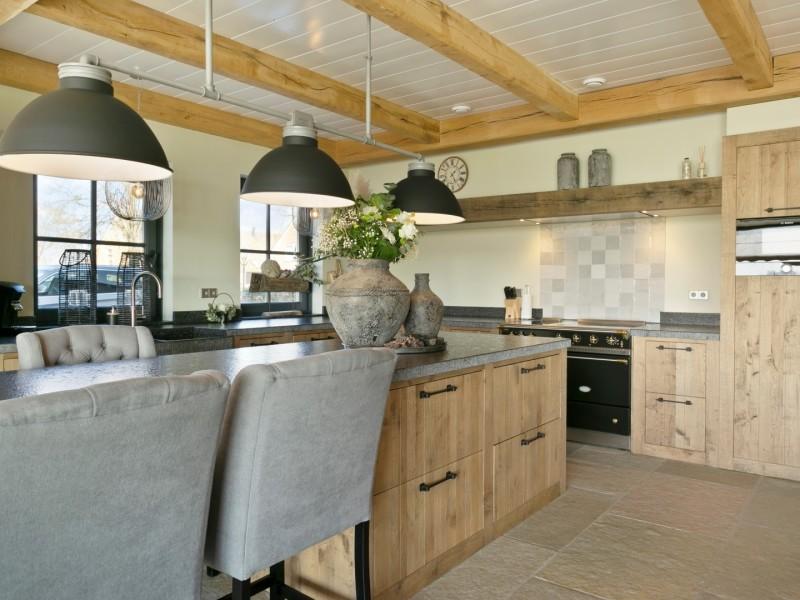 Robuuste eikenhouten keuken met keukeneiland