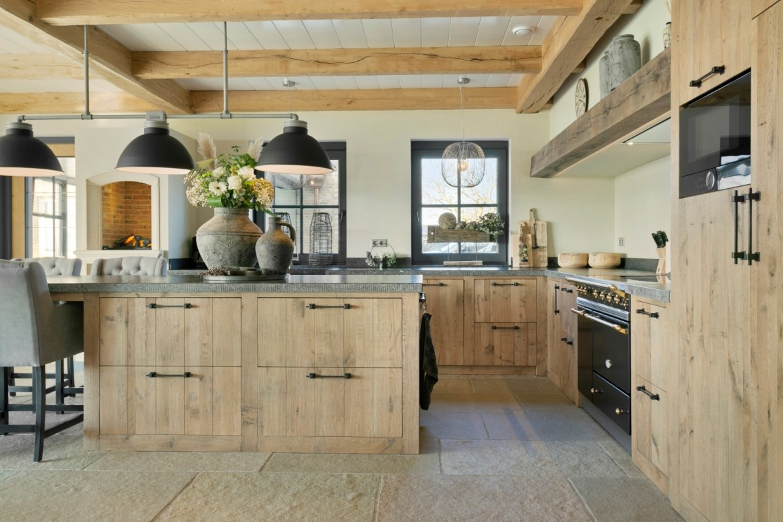 Keukenapparatuur in landelijke keuken