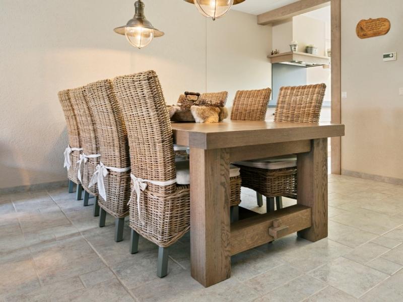 Kloostertafel met houten stoelen
