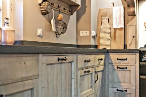 Keuken met landelijke handgrepen en aanrechtblad
