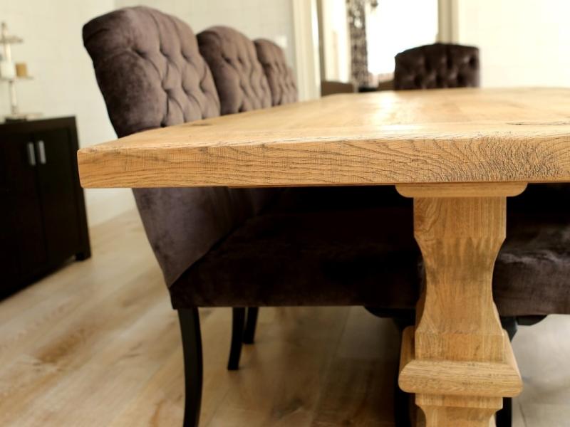 Landelijke stoelen bij kloostertafel
