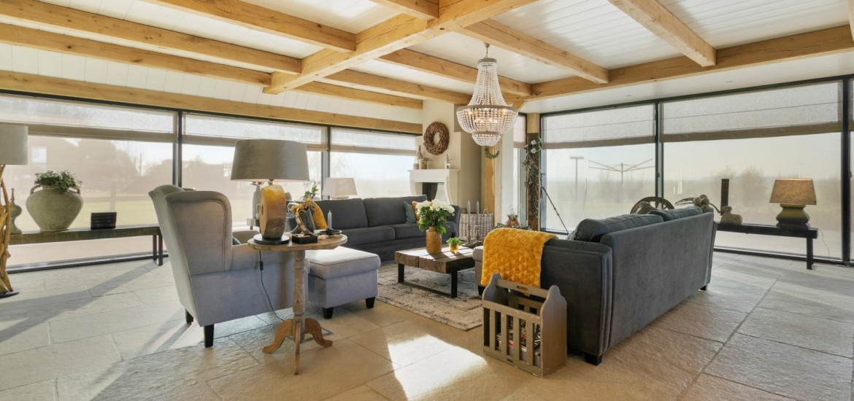 Meerdere salontafels landelijke interieur