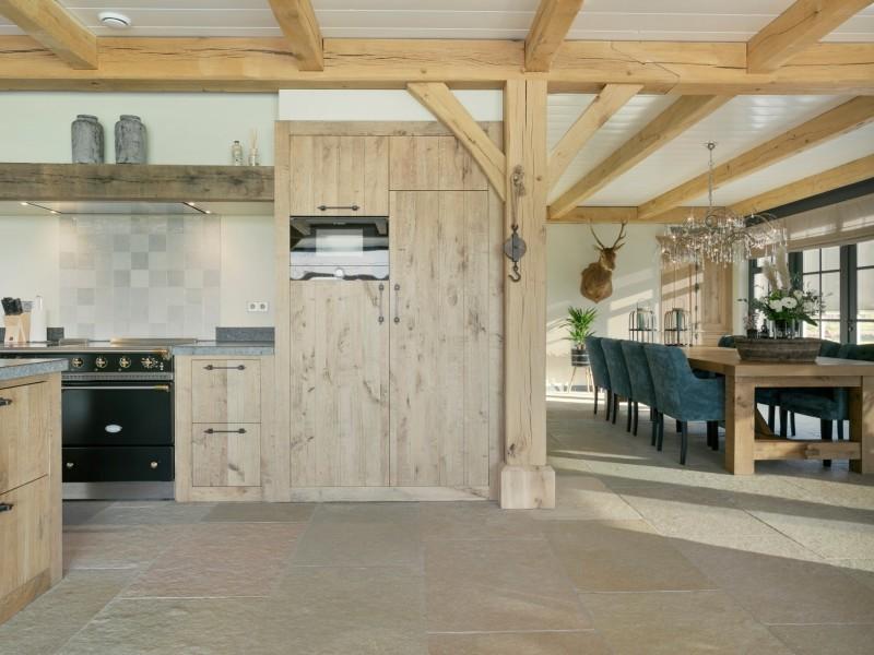 Landelijk interieur, keuken en eetkamer