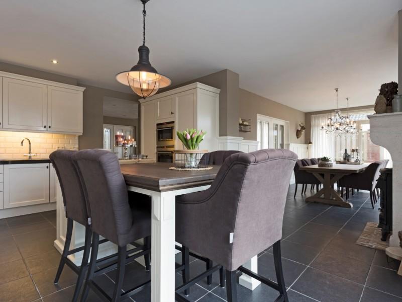 Landelijke keuken met keukeneiland en stoelen