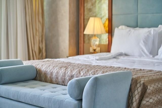 Landelijke slaapkamer met bedbankje