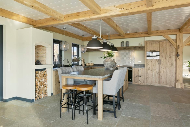 Open keuken, landelijke keuken, natuurstenen vloer