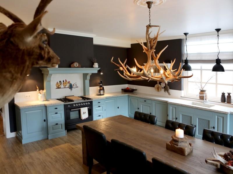 Blauwe keuken met landelijke details