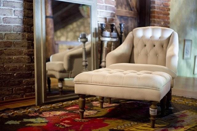 Vloerkleed onder landelijke fauteuil