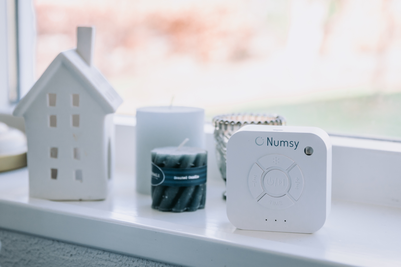 Een Numsy Original White noise machine in de woonkamer.