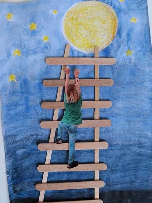 Een lader gemaakt met ijsstokjes, een kind klimt op deze stokjes naar de maan
