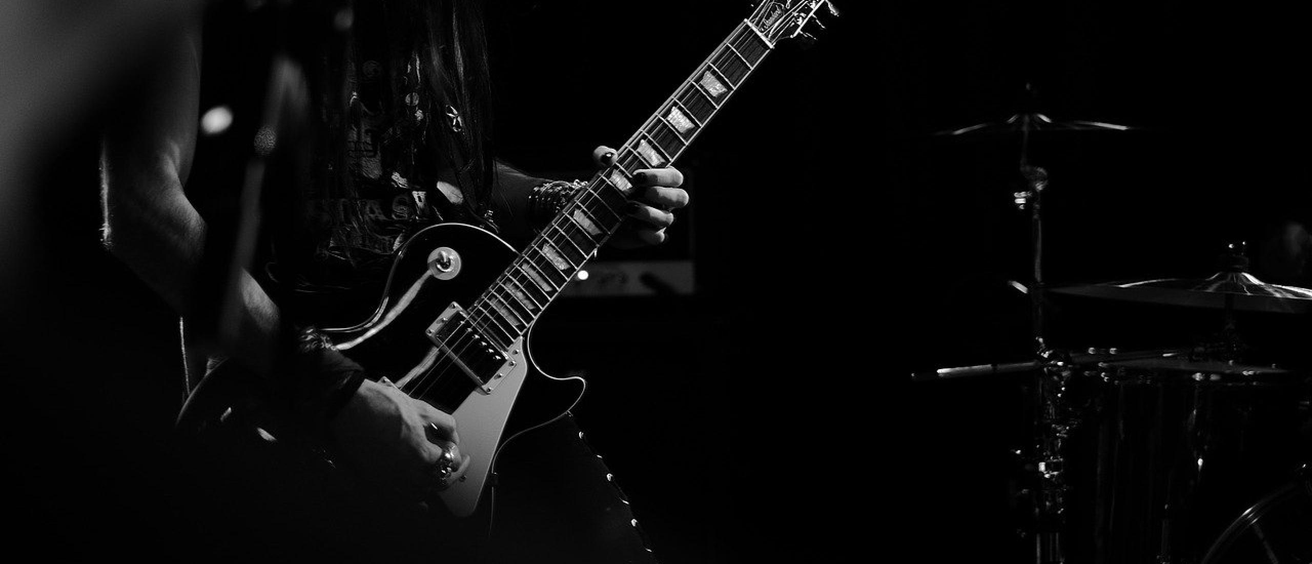 Ik wil basgitaar leren spelen. Waar kan ik lessen volgen?