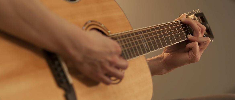 Een gitaarleraar en gitaarles. Heb je dat wel nodig?