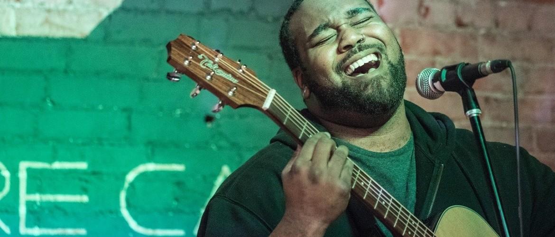 Zingen en gitaar spelen tegelijkertijd. 5 tips!