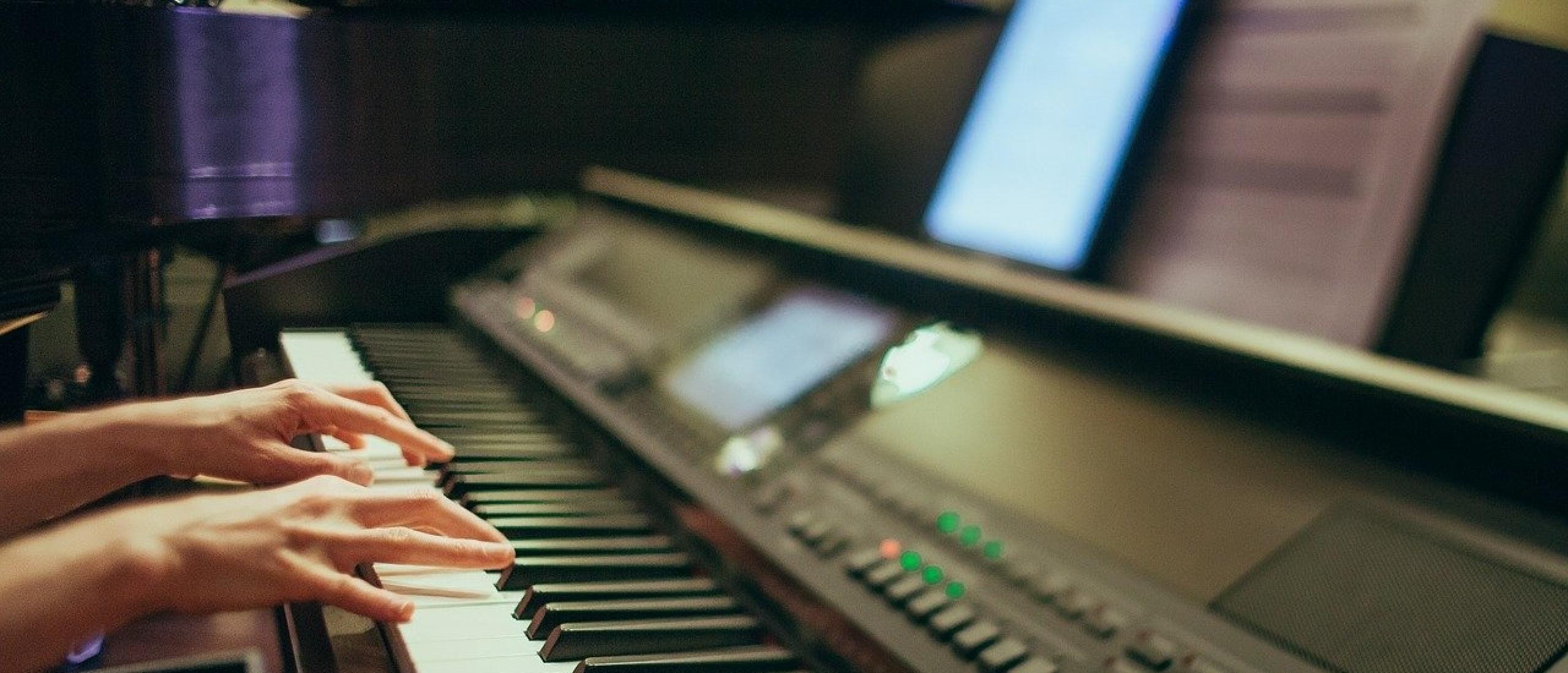 Keyboard of digitale piano aansluiten op tablet smartphone. Kan dat?