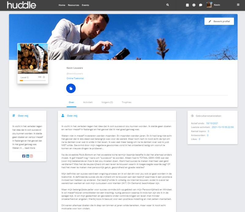 Binnen jouw Huddle Community & E-Learning kun jij jezelf voorstellen aan de hand van een profiel dat zichtbaar is voor leden en (indien ingesteld) niet leden. Je kunt ook mensen volgen en berichten sturen.