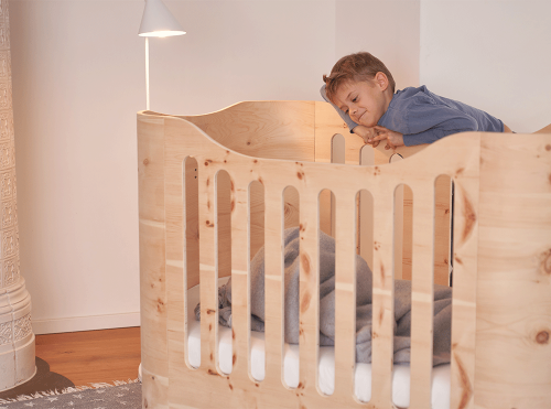 Biologisch en duurzaam babybed van Zirben hout