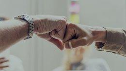 twee handen geven elkaar boks alimentatie geregeld