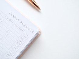 pen en agenda met jaarplanner voor alimentatie