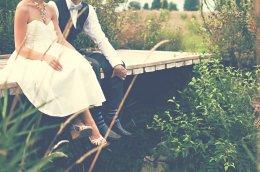 man en vrouw zitten op bruggetje