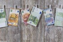 geld hangt aan een waslijn